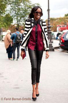 Separei 3 produções lindas, elegantes e bem charmosas com blazer listrado, a primeira com calça jeans, a segunda com calça de alfaiataria e a terceira com calça de couro. Tudo para mostrar como a peça pode ser bem versátil e que a escolha dos complementos é que vai ditar o estilo do look como um …