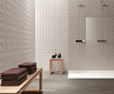 Rivestimento tridimensionale in ceramica a pasta bianca DIAMOND - Atlas Concorde + mobili in legno chiaro