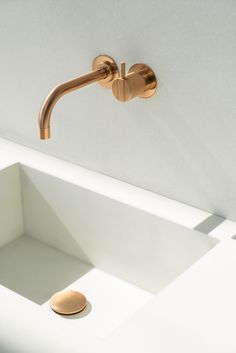 111 - ONE-HANDLE MIXER - Designer Wash basin taps from VOLA ✓ all information ✓ high-resolution images ✓ CADs ✓ catalogues ✓ contact information. Bathroom Inspo, Bathroom Interior, Master Bathroom, Shower Fixtures, Shower Faucet, Lavabo Design, Bar Faucets, Basin Taps, Toilet Design