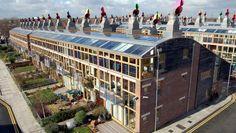 BedZED(Londres) - cabinet d'architectes Bill Dunster. Le projet couvre 1,7 hectare. Il comprend 2 500 m2 de bureaux et de commerces, un espace communautaire, une salle de spectacles, des espaces verts publics et privés, un centre médicosocial, un complexe sportif, une crèche, un café ,un restaurant ainsi qu'une unité de cogénération.