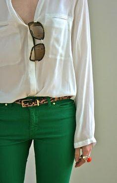 calcas verde esmeralda, cinto trigre, e camisa branca de mangas
