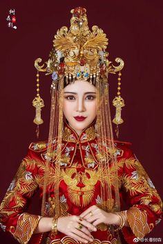 Asian Lady in Red & Gold Traditional Fashion, Traditional Dresses, Chinese Clothing, Chinese Dresses, Chinese Culture, Fashion Moda, Hanfu, Chinese Style, Asian Fashion