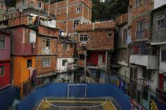 WK2014 Fairplay? Sloppenwijk Taveres Bastos in Rio de Janeiro.  Foto Reuters / Pilar Olivares