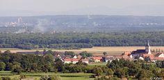 Plaine d'Alsace et collines du Sundgau : clocher de Berrwiller et tours de Mulhouse