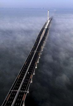 Met een totale lengte van 42,5 kilometer is deze Jiaozhou Bay brug in China de langste brug over zee.