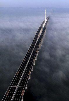 Met een totale lengte van 42,5 kilometer is deze Jiaozhou Bay brug in China de langste brug over zee.