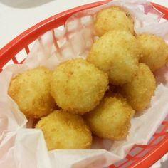 Onigiri kawaii! 10 deliciosas bolitas fritas rellenas de quesito. #Bolitas #Onigiri #Kawaii #Omnomnom #Foodgasm #Food #Foodporn #Oishi #Oishii #NuevoCasasGrandes #Chihuahua por omnomoishi en Instagram http://ift.tt/1Yz02MG #navitips