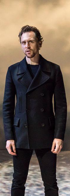 Tom Hiddleston as Hamlet in Hamlet, RADA (2017). Enlarge image: https://wx3.sinaimg.cn/large/6e14d388gy1fj4v8iiksvj23uw2kl1kz.jpg Via Torrilla