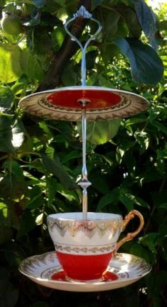 There are a lot of different kinds of cool bird feeders that may be bought these days. Moreover wild bird food is really cheap and will entice a number of birds. There are various species of birds that can you feed in this cute bird feeder ideas. Diy Garden, Garden Crafts, Garden Projects, Garden Ideas, Glass Garden Art, China Garden, Diy Bird Feeder, Humming Bird Feeders, Teacup Crafts