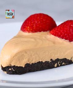 Nepečených cheesecake receptov ste určite videli viac než dosť, ale tento recept je predsa len o niečo výnimočnejší. Dulce de leche je tradičná latinoamerická karamelová sladkosť.