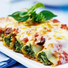 The Spinach-stuffed Cannelloni recipe out of our category leafy green vegetable! EatSmarter has over healthy & delicious recipes online. Veggie Recipes, Pasta Recipes, Vegetarian Recipes, Dinner Recipes, Healthy Recipes, Good Food, Yummy Food, I Foods, Dining