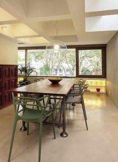 El comedor está definido por la mesa de Restoration Hardware y las sillas Masters diseñadas por Philippe Stark para Kartell. Se completa con un mueble de inspiración china y una lámpara de los años setenta que terminan por darle un aire de eclecticismo.