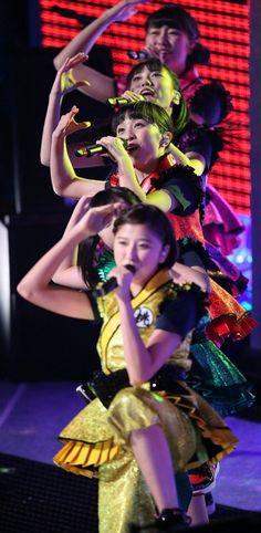 試合間のショータイムで歌と踊りを披露する「ももいろクローバーZ」=有明コロシアムで2015年12月29日、山本晋撮影
