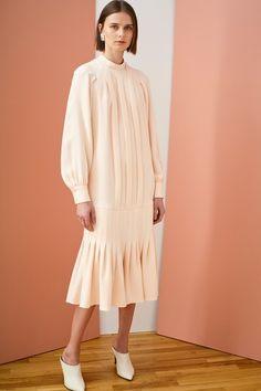 J. Mendel Resort 2019 Sammlung New York - Vogue Runway Fashion, Fashion News, Womens Fashion, Fashion Trends, Fashion Fashion, Spring Fashion, Vogue Russia, Fashion Show Collection, Minimal Fashion