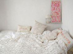 """Vocês perceberam que o crochê está novamente em alta na moda? Na decoração, ele traz aconchego, afetividade e um toque retrô aos cantinhos. <br><br>Inspire-se em<a href=""""http://bbel.com.br/decoracao/post/bbel-viu-e-gostou/croche-na-decoracao-da-casa"""">ambientes com crochê</a>."""