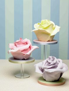 Just a photo but what a fun idea- wrap regular size cupcakes in fondant to create roses! Mini cupcakes would be great like this. Cupcakes Design, Cupcakes Cool, Beautiful Cupcakes, Gorgeous Cakes, Pretty Cakes, Cake Designs, Amazing Cakes, Beautiful Roses, Simply Beautiful