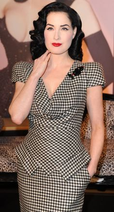 Pied de Poule dress. It's name comes from French – pied de poule, so called because this pattern usually resembles chicken feet. In English, it's called 'houndstooth'; it's created from the intersection of the vertical and horizontal threads, usually in black and white. En español se conoce como paño gallineto - See more at: http://www.vogue.it/en/trends/vote-the-style/2011/10/pied-de-poule#sthash.AvRQgv1T.dpuf