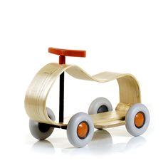 Max es el coche de madera de fresno propuesto por Sirch. Silencioso con las ruedas de neumático, es adecuado para niños mayores de 2 meses. Todos los productos Sirch han sido probados y certificados por la calidad alemana y seguridad TÕÒV / GS.