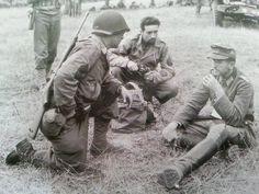 Soldados US interrogan a un prisionero alemán, St. Lô, 1944.