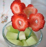 Kan portionsanrettet i engangsglas eller plastikglas i børnehaven. Melon i glasset og skiver af jordbær på pinde. Få børnene til at hjælpe!