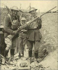 """British soldiers with a captured German """"T-Gewehr"""" anti tank rifle, World War I."""