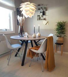 La imagen puede contener: tabla e interior Dining Table, Living Room, Interior, Inspiration, Furniture, Home Decor, Ideas, Circuit, Biblical Inspiration