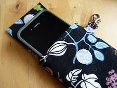 Fabric case/wristlet for iPhone with Link to Tutorial - PURSES, BAGS, WALLETS - Accessorize your iPhone with a cute fabric case! I've posted a basic tutorial on how I made mine, but you can alter it however you want. Sewing Tutorials, Sewing Crafts, Sewing Projects, Sewing Patterns, Sewing Ideas, Diy Projects, Nifty Crafts, Sewing Tips, Diy Clothes Bag