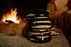 I panigacci sono fatti da una pastella di acqua, farina e sale cotta tra piatti di terracotta scaldati sulla fiamma viva. Da piccola li mangiavo sempre...
