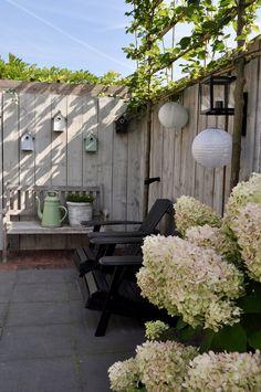 Ein Anblick in Carola De Wemelaer Backyard Swings, Backyard Shade, Backyard Retreat, Outdoor Spaces, Outdoor Living, Outdoor Decor, Small Gardens, Outdoor Gardens, Garden Deco