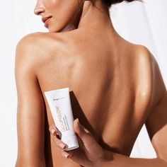 Enhance your radiance with this luminizer that delivers a candlelit, skin-blurring glow to legs, collarbones, shoulders—anywhere you want a flattering sheen. The weightless, light-reflecting formula contains vitamin C-rich kakadu plum, plus hyaluronic acid and sugarcane-derived squalane to plump and smooth the skin's appearance. Imbued with neroli, jasmine, and nectarine to impart a subtly tropical, floral aroma. Clean Beauty, Beauty Skin, Beauty Makeup, Beauty Shoot, Pale Skin, Belleza Natural, Luxury Beauty, Beauty Photography, Body Lotion