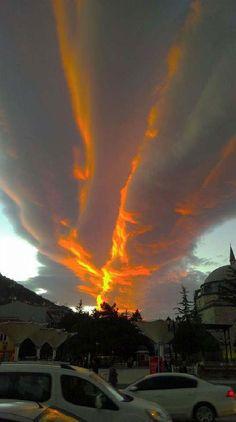 Tokat'ta gökyüzünde ilginç bulut görüntüsü   Tokat'ta bulutların oluşturduğu çizgiye düşen batan güneşin ışınları öyle bir görüntü oluşturdu ki görenler gökyüzü yarıldı sandı.  02.02.2015