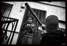 Con una serie de fotografías que retratan la violencia en las calles, entre las que se encuentra esta, Barbara Davidson, fotógrafa de Los Angeles Times, fue merecedora de un Pulitzer en 2011.