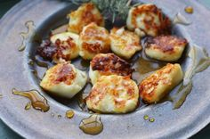 Sautéed Halloumi cheese with olive oil, herbs & honey Healthy Snacks For Diabetics, Healthy Eating Recipes, Healthy Baking, Healthy Foods To Eat, Vegetarian Recipes, Cooking Recipes, Raclette Recipes, Halumi Cheese Recipes, Cheese