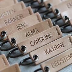Billedresultat for bordkort Leather Jewelry, Leather Craft, Diy And Crafts, Arts And Crafts, Diy Cardboard, Key Fobs, Key Chain, Hang Tags, Christmas Diy