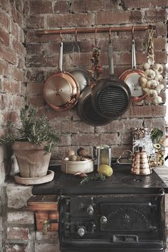 Rustikale Küche mit Backsteinwand und altem Ofen Rustic kitchen with brick wall and old oven Farmhouse Style Decorating, Farmhouse Decor, Rustic Decor, Modern Farmhouse, Rustic Cottage, French Cottage, Rustic Kitchen, Kitchen Decor, Kitchen Stove