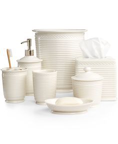 Round porcelain bath accessories with a matte finish and ribbed