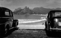 Era a década de 1950. O Brasil vivia um momento de abertura à modernidade. Juscelino Kubitschek presidente, estabilidade política, altos índices de crescimento econômico, abertura ao mercado americano. Todos queriam ser modernos.    carro anos 50.jpg