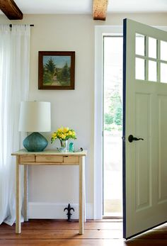 Love this little space and the door colors. I makes me want to change the door color on the inside of my door :)
