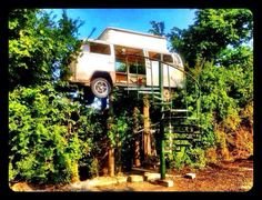 Kombi in the tree Volkswagen Bus, Vw Camper, Cabana, Woodland House, Vw Vintage, Cool Campers, Unusual Homes, Amazing Spaces, Tree Tops
