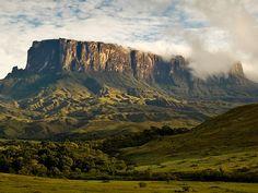 Гора Рорайма (стык Венесуэлы, Гайаны и Бразилии | Высота горы – 2723 м над уровнем моря, а плоская вершина представляет собой плато площадью около 34 км². Она считается священным местом, а местные индейцы называют ее пупом земли.