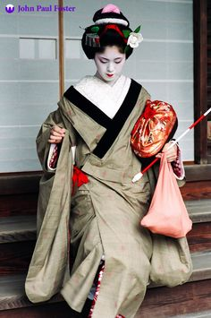 Unique camelia kanzashi. The maiko Hisamari of Ponto-cho leaving Yasaka Shrine after her Setsubun performance back in February 2004. Hisamari was the most popular maiko in Ponto-cho during her time there, but she retired quite a few years ago.