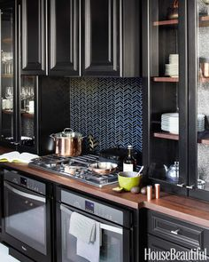 For the San Francisco Decorator Showcase, designer Steven Miller creates a dramatic space for entertaining. The dazzling backsplash is composed of Black and Silver Iridized Chrysalis tiles by Ann Sacks.