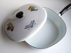 mod fruit enamelware frying pan with lid, covered dutch oven skillet pot, mid-century modern retro Thanksgiving cookware Vintage Enamelware, Vintage Kitchenware, Modern Retro, Midcentury Modern, Dutch Oven, Scandinavian Style, Skillet, Cookware, Dinnerware