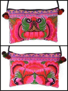 Bolsa Khon Kaen. Dimensões: 21 x 31 cm, alça de 120 cm.