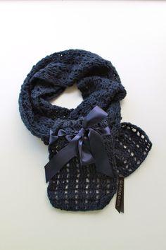 Donkerblauwe gehaakte sjaal, afgewerkt met een satijnen lint..