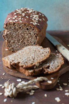 Glutenfreies Vollkornbrot mit Joghurt backen - So geht`s: http://eatsmarter.de/rezepte/vollkornbrot-glutenfrei