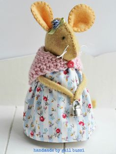 If you love sewing, then chances are you have a few fabric scraps left over. Mouse Crafts, Felt Crafts, Sewing Patterns Free, Free Sewing, Purse Patterns, Embroidery Patterns, Muñeca Diy, Felt Mouse, Cute Mouse