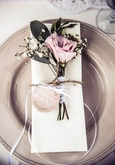 Napkin with a small bouquet, jute and lace. – wedding-ideas Napkin with a small bouquet, jute and lace. Napkin with a small bouquet, jute and lace. Boho Wedding, Wedding Table, Rustic Wedding, Wedding Flowers, Dream Wedding, Wedding Day, Floral Wedding, Small Bouquet, Wedding Save The Dates