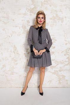 b9b73b5e37 Elegancka sukienka marki Lattore z kolekcji jesień zima. Dekolt w szpic  wykończony wiązaną skórkową wstążką