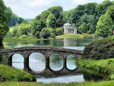 Wiltshire, England - Pantheon designed by Henry Flitcroft in 1772 and Palladian Bridge. Places To Travel, Places To See, Pont Paris, Parks, Pride And Prejudice, Beautiful Gardens, Britain, Garden Design, Beautiful Places